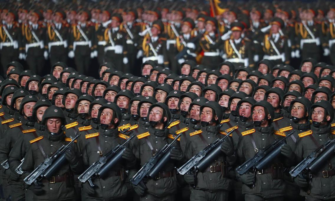 Kuzey Kore askeri geçit töreni düzenledi